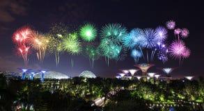 Beau feu d'artifice au-dessus des jardins par la baie la nuit, Singapour Image libre de droits