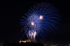 Beau feu d'artifice coloré dans la ville Brno sur Spilberk photo libre de droits