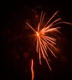 Beau feu d'artifice orange la veille de nouvelles années Images stock