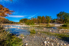 Beau feuillage d'automne lumineux sur Crystal Clear Frio River photo stock