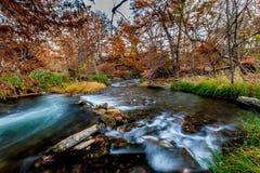 Beau feuillage d'automne sur les eaux bleues rapides soyeuses de Guadalupe River, le Texas photo libre de droits