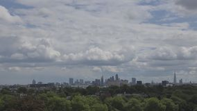 Beau flotteur de nuages au-dessus de Londres banque de vidéos