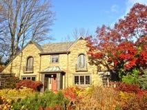 Beau folage d'automne à la maison classieuse de famille Images libres de droits