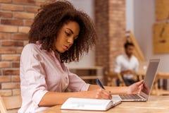 Beau fonctionnement afro-américain de femme images libres de droits