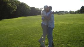 Beau fonctionnement supérieur de couples pour s'embrasser clips vidéos