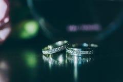 Beau fond argenté avec des anneaux de mariage Photos libres de droits