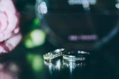 Beau fond argenté avec des anneaux de mariage Photo libre de droits