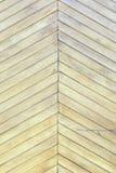 Beau fond avec une texture des conseils en bois minces Un mur des lamelles diagonales jaune pâle photos libres de droits