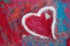 Beau fond de coeur sur le sable coloré fait à partir des coquilles de mer Photo stock