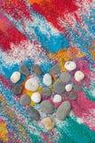 Beau fond de coeur sur le sable coloré fait à partir des coquilles de mer Photographie stock