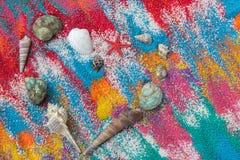 Beau fond de coeur sur le sable coloré fait à partir des coquilles de mer Photos stock