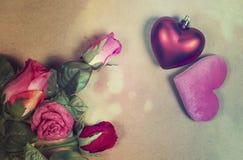 Beau fond de jour de valentines avec les coeurs rouges sur en bois Images libres de droits