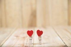 Beau fond de jour de valentines avec les coeurs rouges sur en bois Image libre de droits