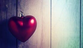 Beau fond de jour de valentines avec les coeurs rouges sur en bois Photos libres de droits