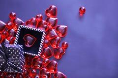 Beau fond de jour de valentines avec les coeurs rouges sur le fond foncé photo stock