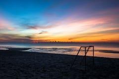 Beau fond de lever de soleil de coucher du soleil sur la plage avec la silhouette petite dans le premier plan Photos libres de droits