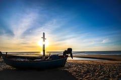 Beau fond de lever de soleil de coucher du soleil sur la plage avec le bateau de silhouette dans le premier plan Images stock