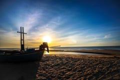 Beau fond de lever de soleil de coucher du soleil sur la plage avec le bateau de silhouette dans le premier plan Photo libre de droits