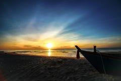Beau fond de lever de soleil de coucher du soleil sur la plage avec le bateau de silhouette dans le premier plan Image stock