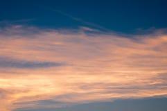 Beau fond de nature Coucher du soleil coloré Ciel excessif Photographie stock libre de droits
