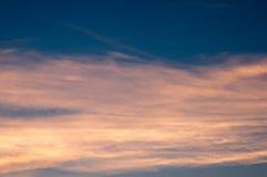 Beau fond de nature Coucher du soleil coloré Ciel excessif Images libres de droits