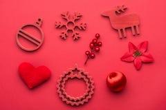 Beau fond de Noël : La collection d'objets rouges de Noël d'isolement sur le sapin s'embranche sur le fond rouge Vue de ci-avant Image stock