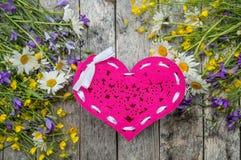 Beau fond du gisement de fleurs des marguerites et des cloches et des coeurs pour le jour du ` s de Valentine Copiez l'espace Photos stock