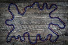 Beau fond en bois avec des ballons colorés et une belle vignette Image libre de droits