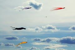 Beau fond futuriste de cloudscape de cerfs-volants colorés de vol Vacances d'été et photographie conceptuelle de liberté Images stock