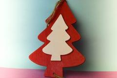 Beau fond rose bleu heureux multicolore lumineux de Noël de fête de nouvelle année avec un rouge fait maison en bois de petit jou images stock