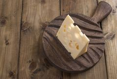 Beau fromage de Hollande avec des trous, des laitages sains Nourriture savoureuse Photo de style campagnard Place pour le texte C images stock
