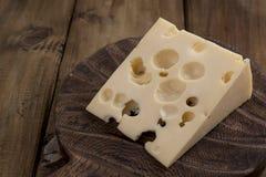 Beau fromage de Hollande avec des trous, des laitages sains Nourriture savoureuse Photo de style campagnard Place pour le texte C photographie stock