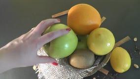 Beau fruit de plat, nourriture saine banque de vidéos