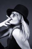 Beau fumage blond de fille Photographie stock