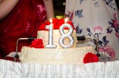 Beau gâteau d'anniversaire avec les bougies brûlantes Photo stock