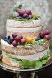Beau gâteau de mariage à deux niveaux sur la table Photographie stock