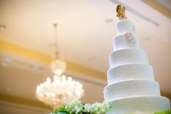 Beau gâteau de mariage blanc Photos libres de droits
