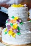 beau gâteau de mariage de niveau multi Images libres de droits