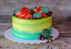 Beau gâteau fait maison avec de la crème jaune et verte images libres de droits