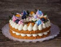Beau gâteau fait maison sous forme de six figures image libre de droits