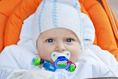 Beau garçon d'enfant en bas âge dans des vêtements blancs de l'hiver Photos stock