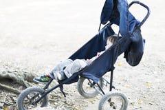 Beau garçon dormant dans la poussette de bébé Image libre de droits