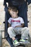 Beau garçon dormant dans la poussette de bébé Photo stock