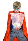 Beau garçon drôle habillé comme super héros enregistrant la terre Photos stock