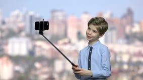 Beau garçon futé prenant le selfie banque de vidéos