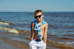 Beau garçon sur une promenade par la mer photo libre de droits