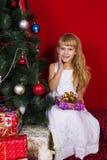 Beau gir de bébé près de l'arbre de Noël dans le réveillon de la Saint Sylvestre Images libres de droits