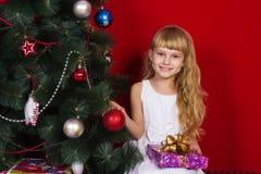 Beau gir de bébé près de l'arbre de Noël dans le réveillon de la Saint Sylvestre Image stock