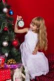 Beau gir de bébé près de l'arbre de Noël dans le réveillon de la Saint Sylvestre Images stock