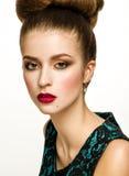 Beau Girl modèle avec la coiffure d'Updo et le maquillage élégant images libres de droits